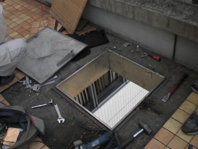 (2)既存避難はしご撤去中