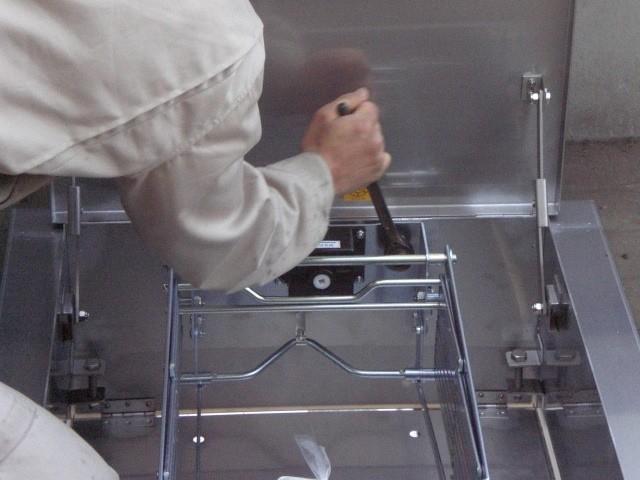 (5)新規避難はしご取付施工中