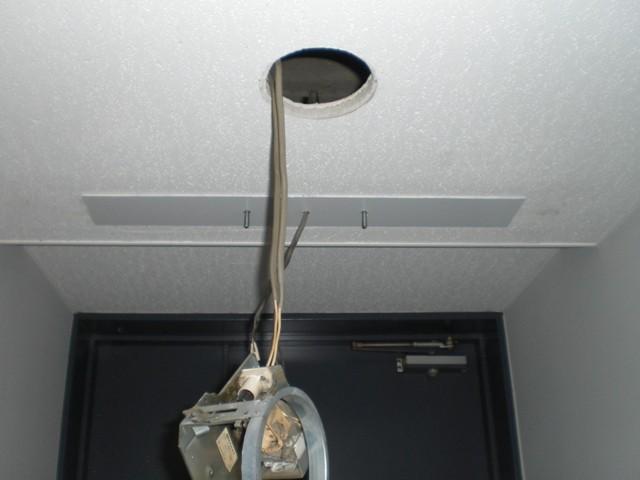 (4)新規誘導灯取付施工中