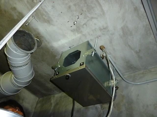(4)新規換気扇取付施工中